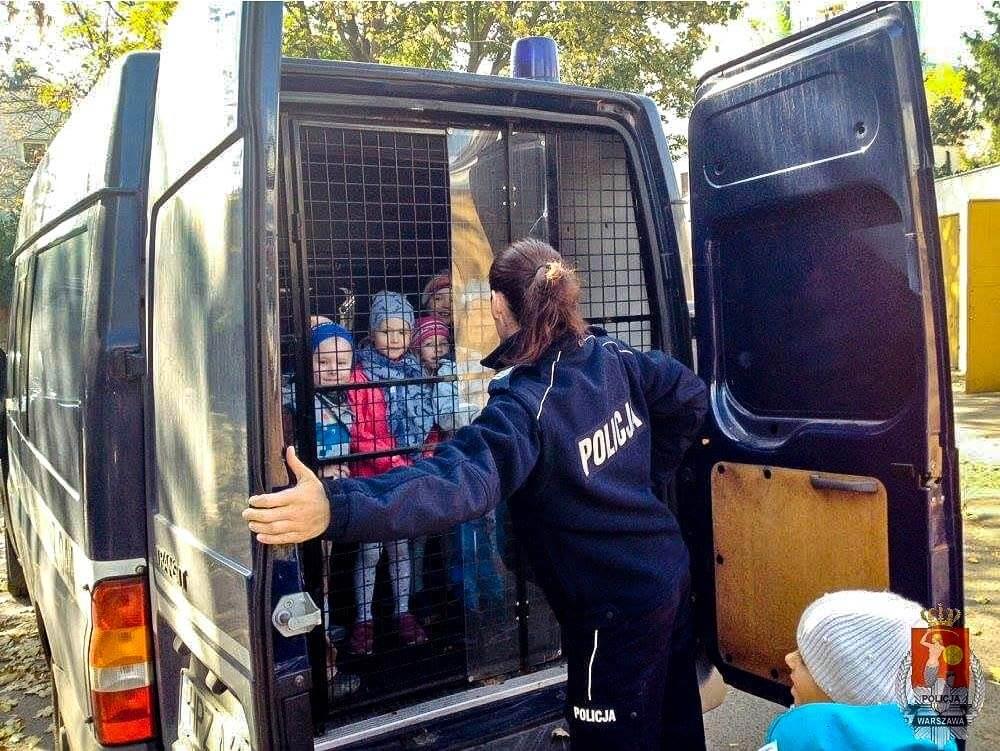 Autoškola skúšky otázky policajta a ako policajt vozí deti v kufri. Nič podobné nerobte prosím.